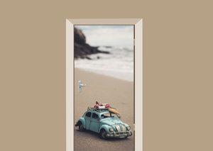 Deursticker miniatuur auto op het strand