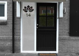 Voordeursticker bloemetje met huisnummer 44.2