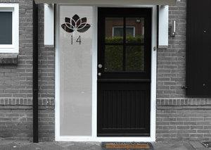 Voordeursticker bloemetje met huisnummer 44.3