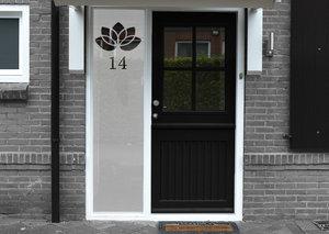 Voordeursticker bloemetje met huisnummer 44.4